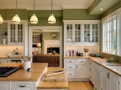 peinture cuisine vert-olive avec armoires blanches à portes vitrées
