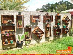 Inspiração para reutilização de caixote de madeira para criar jardim vertical. Que tal?