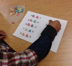 """Teaching """"oo"""" in Miss Martin's Classroom - Using Froot Loops to build """"oo"""" words! Kindergarten Language Arts, Kindergarten Literacy, Spelling Activities, Literacy Activities, Education Quotes For Teachers, Kids Education, Oo Words, Phonics Words, Word Study"""