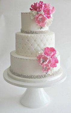 Gâteau de mariage,avec deux bandeau de strass,puis une partie pic tonné !