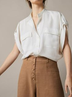 The most elegant women's knit tops this Spring/Summer 2019 at Massimo Dutti. Discover modern knitted T-shirts, dresses or sweaters to renew your wardrobe. Casual Outfits, Fashion Outfits, Fashion Tips, Fashion Design, Fashion Brands, Vetement Fashion, Fashion 2020, Shirt Blouses, Women's Shirts