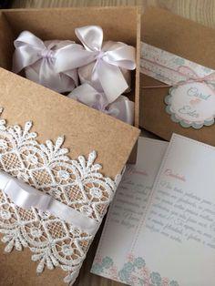 Convite e caixa de padrinhos estilo rústico romântico, estamos usando tons pasteis, cru, craft, rendas e gripirs.  Como não amar? Wedding Carol e Eder
