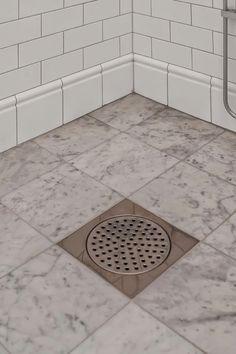 Badrum marmorgolv vitt kakel kakellist golvlist Moroccan Tiles, Subway Tiles, Small Bathroom, Bathrooms, Bathroom Ideas, Tile Floor, Toilet, Sweet Home, Marble