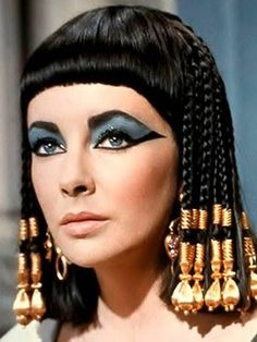 She catapulted the beauty scene with her exotic eye makeup and hair beads. The most famous interpretation of Cleopatra was the 1963 film version starring Elizabeth Taylor. Elizabeth Taylor Cleopatra, Elizabeth Taylor Eyes, Film Elizabeth, Queen Elizabeth, Ancient Egyptian Makeup, Egyptian Costume, Egyptian Fashion, Nefertiti Costume, Ancient Egyptian Clothing