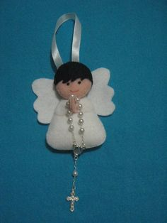 Anjinho de Feltro com enchimento de fib янголятаra siliconada.Variedade de cores a escolha da(o) cliente. Christmas Makes, Felt Christmas, Diy Christmas Ornaments, Handmade Christmas, Angel Ornaments, Felt Ornaments, Christening Giveaways, Mistletoe And Wine, Felt Angel