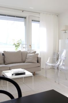 Homevialaura | living room | Boknäs Julia sofa | white linen curtains | Hay Tray Table | Kartell Louis Ghost chair