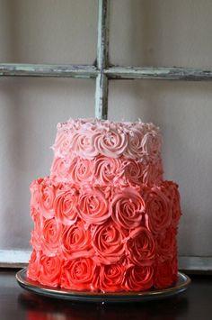 Pastel con rosas en degradado.