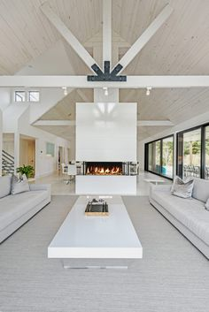 This atmosphere and opening on both sides is warm. - KL A double sided fireplace with a white surround draws the eye upwards to the exposed pitched ceiling and the structural supports of this modern barn interior. Barn House Conversion, Barn Conversion Interiors, Barn Conversions, Fall Fireplace, Fireplace Design, Fireplace Garden, Concrete Fireplace, Fireplace Outdoor, Shiplap Fireplace