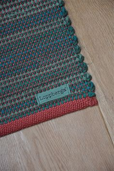 LOPPBERGA : Tokig i trasmattor på Loppberga - blog om en väverskas vardag, inspiration och mattor Diy Carpet, Rugs On Carpet, Handmade Rugs, Handmade Crafts, Loom Weaving, Hand Weaving, Rug Inspiration, Fabric Rug, Weaving Textiles
