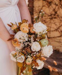 Todo lo que debes saber del Bouquet de Novia – ¿Cómo elijo el bouquet perfecto? El ramo de novia, Significados del ramo de novia, Consejos para elegir el ramo, ¿Cuál es la diferencia entre ramo y Bouquet? Floral Wreath, Wreaths, Table Decorations, Beautiful, Queen Cleopatra, Rose Petals, Bouquet Of Roses, Mariage, Bridal