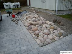 Kuvahaun tulos haulle stenar i sluttning Block Paving Patio, Rock Garden Design, Hillside Garden, Inside Outside, Garden Stones, Front Yard Landscaping, Landscape Design, Dry Creek, Home And Garden