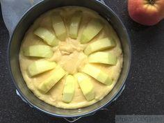 Apple cake with a speculoos bottom - Dessert Recipes Icebox Cake Recipes, Dessert Recipes, Desserts, Almond Joy, Pie Cake, No Bake Cake, Dutch Recipes, Sweet Recipes, Cookie Dough Frosting