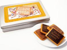 【ELLE a table】フランス産の小麦粉とバターをたっぷり使って香ばしく焼き上げたビスキュイに、酸味と苦みのバランスがとれたダークチョコレートをのせた「Louis」。ナッティーな風味を思わせるミルクチョコレートを合わせた「Jule」。この新作ビスケットに、フレデリック・カッセル氏の最愛の息子たちの名前をつけた理由は、「子供にも安心しておいしいお菓子を食べてもらいたい」という思いからだそう。素朴ながらもふくよかな香りと味わいが楽しめる2種類のチョコレートビスケットは、各フレーバーが1枚ずつ入った2個入り包装。レトロでかわいいビスケット缶も喜ばれそう。手土産にはもちろん、端午の節句といった子どもたちへのギフトにもおすすめだ。   「ボワット・ア・ビスキュイ」 8袋 16枚入り ¥3,150 フレデリック・カッセル銀座三越  tel. 03-3535-1930 http://www.frederic-cassel.jp