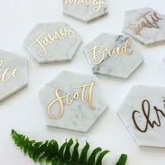 Marble + gold calligraphy = seroiusly chic wedding table décor. Image: Pinterest