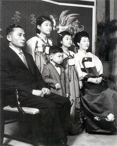 [단독]박근혜-박정희, 친필 서명도 父傳女傳 | 뉴데일리 President Of South Korea, Korean President, Old Pictures, Old Photos, Korean People, One Republic, Head Of State, Asian History, Asian American