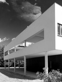 À 33 kilomètres au nord-ouest de Paris, visitez la villa Savoye à Poissy, maison manifeste de la modernité signée Le Corbusier, architecte phare du XXe siècle.