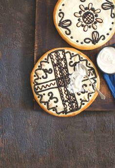 Petr Kotačka vede spolu se svou maminkou pekařství ve Staňkově. Na jeho koláče se vyplatí zajet, a to i přesto, že si je právě teď můžete podle jeho receptu upéct doma... Petra, Sugar, Cookies, Board, Crack Crackers, Biscuits, Cookie Recipes, Cookie, Biscuit