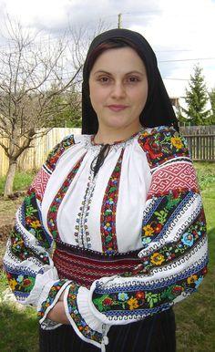 O fostă profesoară din Subcetate, judeţul Harghita, are o colecţie de peste o sută de cămăşi populare unicat din zona Mureşului Superior, unele cusute cu migală, la începutul secolului trecut, la lumina lămpii cu petrol, oglindă a vremurilor mai vesele sau mai triste trăite de oamenii locului. Romania People, Kalash People, Romanian Women, Ethnic Fashion, Womens Fashion, Tribal Dress, Folk Dance, Attractive Girls, Wedding Costumes
