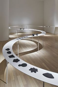 Japanese studio Nendo is presenting its Colourful Shadows collection of kitchenware on a winding table display at Tokyo's Eye of Gyre gallery Visual Display, Display Design, Booth Design, Store Design, Set Design, Exhibition Display, Exhibition Space, Nendo Design, Museum Displays