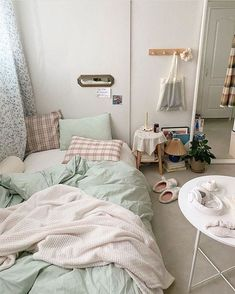 175 bohemian minimalist with urban outfiters bedroom ideas 15 Room Ideas Bedroom, Small Room Bedroom, Bedroom Decor, Bedroom Beach, Deco Studio, Minimalist Room, Aesthetic Room Decor, Cozy Room, Dream Rooms