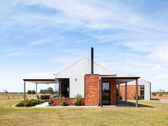 Located in the middle of a open grass paddock, this house enjoys uninterrupted views in all directions. Australian Sheds, Australian Country Houses, Australian Homes, Cabin House Plans, Rural House, Craftsman House Plans, Farm House, Australian Architecture, Architecture Design