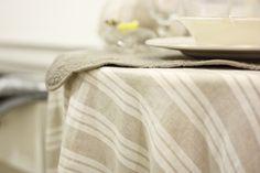 Elegantissima tovaglia in puro lino con fantasia rigata in colori naturali ecru e beige. Realizzazione artigianale di Artemisia ʚϊɞ