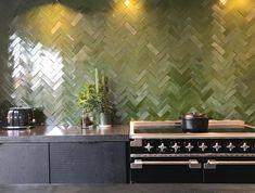 Groen | tegels | spatwand | keuken | visgraat Green Kitchen, New Kitchen, Oak Floating Shelves, Diy Wall Decor, Home Decor, Quites, Kitchen Tiles, Beautiful Kitchens, Interior Design Kitchen