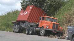 No Recife, caminhão tomba com 23 toneladas de arroz e atrapalha trânsito Acidente aconteceu no fim de semana, mas carreta não foi retirada da via. Contêiner vinha de Suape, carregado com 23 toneladas de arroz. Um caminhão que transportava um contêiner com 23 toneladas de arroz tombou e atrapalha o trânsito 22/04/2013 15h31 - Atualizado em 22/04/2013 15h31 (Leia [+] clicando na imagem)