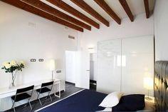 El hotel social Es Convent es hoy en día un espacio de descanso y ocio de gran belleza, en el que puedes disfrutar de una inusitada tranquilidad y de unas extraordinarias vistas sobre los magníficos paisajes de Ariany y del Pla de Mallorca.  Arquitectes: Xisco Garau i Xisca Garau_ArquitectesG3