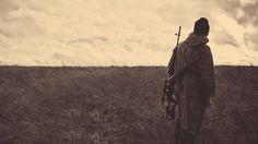 02.背中にライフルを下げた荒野のスナイパーのカッコイイ写真壁紙画像