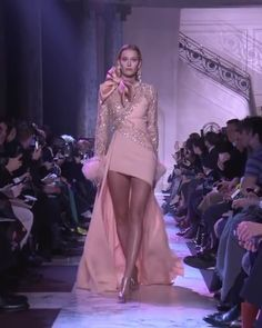 Dress couture Elie Saab Look Spring Summer 2018 Couture Collection Asymmetric Peachy Evening Mini Dress / Short Dress with Long Sleeves and a Skirt. Runway Show by Elie Saab Elie Saab Couture, Haute Couture Dresses, Haute Couture Fashion, Juicy Couture, Look Fashion, Runway Fashion, Fashion Show, Elegant Dresses, Beautiful Dresses