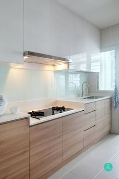 kitchen with wood lowers + white uppers. Minimalist kitchen in Singapore by Green and Lush