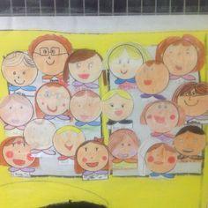 Nuestras caras asomadas al autobús de bienvenida del colegio!!!