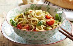 Huippusuosittu avokadopasta on helppo ja maukas ateria. Viimeistele pasta-annos parmesaaniraasteella ja nauti heti.