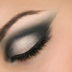 Cómo aplicar 4 tonos de sombra sobre ojos almendrados | eHow en Español