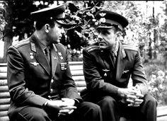 """Юрий Гагарин и Владимир Комаров обсуждают полет на КК """"Восход"""".     1964 г."""