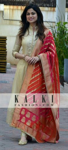 Shamita shetty in golden floor length anarkali Salwar Designs, Blouse Designs, Pakistani Dresses, Indian Dresses, Indian Outfits, Indian Attire, Indian Ethnic Wear, Indische Sarees, Look Short