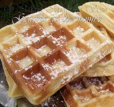 Source mille et une pâtes à pain - recettes au thermomix INGREDIENTS POUR 12 GAUFRES 250 gr de farine T55, 1 sachet de levure chimique, 2 oeufs, 30 gr de sucre, 70gr de beurre pommade ( demi-sel chez moi) 360 gr de lait 1/2 écrémé, 1 càc de sel ( 1/2... Thermomix Bread, Thermomix Desserts, Bread Cake, Waffle Iron, Sweets Recipes, Delicious Desserts, Biscotti, Food And Drink, Biscuits