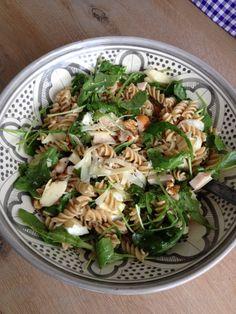 Salade met pasta, gerookte kip, brie, walnoten en honingmosterd dressing