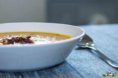 Gesunde Low Carb Paleo Kürbissuppe mit krossem Bacon und Kokosmilch. Probiere die herbstliche Suppe an einem kalten Tag & genieße diese köstliche Keto Suppe
