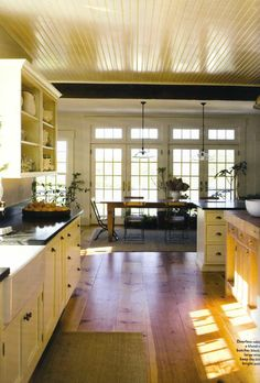 lovely farmhouse kitchen!