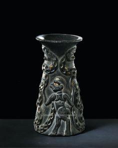 Vase tronconique représentant un homme-taureau empoignant des serpents, civilisation transélamite, Iran, région sud-est | Proche-Orient au IIIe millénaire avant J.-C. - Les Musées Barbier-Mueller