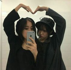 Find images and videos about friends, korean and asian on We Heart It - the app to get lost in what you love. Ullzang Boys, Ullzang Girls, Girls In Love, Best Friend Photos, Best Friend Goals, Friends Korean, Couples Lesbiens Mignons, Lgbt, Cute Lesbian Couples