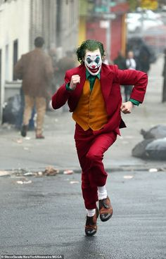 Joaquin Phoenix spotted in full costume as Joker running from cops - <img> Phoenix running: He also has his hair died green and is wearing a pair of brown loafers as he runs through the streets of Gotham Joker Batman, Batman Comics, Joker And Harley Quinn, Dc Comics, Joaquin Phoenix, Gotham, Joker Costume, Joker Cosplay, Cosplay Costumes