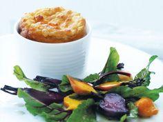 Soufflé cónsul de queso de cabra con ensalada de remolacha asada (Cheat's goat's cheese soufflé with roasted beetroot salad) - Donna Hay