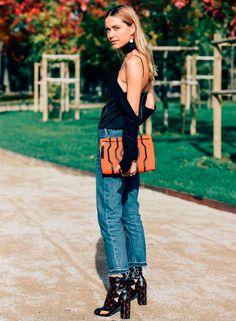 Look da blogueira Pernille Teisbaek com blusa recortada.