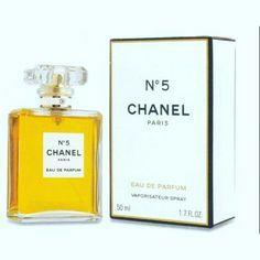 CHANEL Nº 5 FEMININO EDP Famoso Chanel N º 5 é um símbolo de bom gosto e é atualmente um dos perfumes mais vendidos no mundo. Em sua fórmula, as notas são acompanhadas por aromas de rosa e jasmim. A fragrância possui um frescor único, que remete ao frio ar gélido de Paris durante o inverno.  Compre Aqui:https://www.dlamodas.com.br/perfum…/chanel-no-5-feminino-edp  #dlamodasperfumes#dlamodas#perfumesimportados #chaneln5