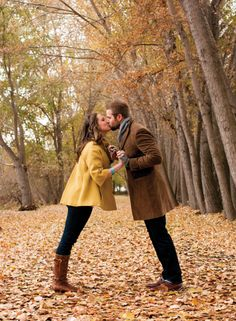 33 Fall Engagement Photos That Are Just The Cutest Fall Engagement Shoots, Engagement Couple, Engagement Pictures, Engagement Session, Autumn Photography, Couple Photography, Engagement Photography, Photography Poses, Fall Family Photos