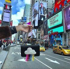 #LOFFama a bolsa de arco-íris da @lespetitsjoueurs! Do tipo de acessório que deixa qualquer look mais divertido.  via L'OFFICIEL BRASIL MAGAZINE INSTAGRAM - Fashion Campaigns  Haute Couture  Advertising  Editorial Photography  Magazine Cover Designs  Supermodels  Runway Models