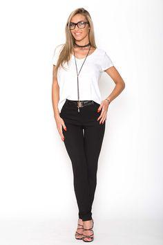 Pantaloni dama: asezare indiferent de silueta  Va doriti ca pantalonii pentru dama sa fie realizati exact pe marimea dumneavoastra? Va doriti ca ei sa se aseze frumos pe propriul corp? Atunci ati ajuns unde trebuie! Pentru ca noi realizam pantaloni in functie de silueta oricarei dama. Acesti pantaloni pentru dama intotdeauna trebuie luati...  http://articolebiz.ro/pantaloni-dama-asezare-indiferent-de-silueta/